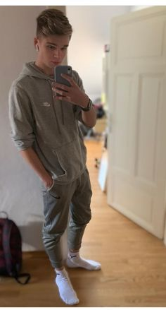 Sexy Guys, Cute Guys, Sexy Men, Joggers, Sweatpants, Boy Outfits, Mens Fashion, Boys, Style