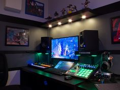This list of the most advanced, smart, and innovative video game room ideas will guide you to find a design that matches your budget planning. Remember that each ideas will have different budget depends on the size, accessories, and of course the rig. Computer Desk Setup, Gaming Room Setup, Pc Setup, Office Setup, Gaming Rooms, Computer Build, Office Style, Studio Room, Studio Setup