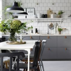 By highlighting natural light, clean lines and painted wood, the Scandinavian kitchen is the perfect display of a contemporary kitchen. Kitchen Furniture, Scandinavian Kitchen, Small Kitchen, New Kitchen, Kitchen Dining Room, Home Kitchens, Scandinavian Kitchen Furniture, Kitchen Style, Kitchen Design