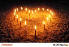 Ein Herz aus Fackeln am Strand ... der Bausatz ist bestellbar unter www.karneval-feuerwerk.de