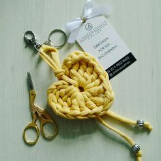 Crochet Gifts, Knit Crochet, Crochet Keychain Pattern, Macrame Wall Hanging Diy, Crochet Decoration, Diy Keychain, T Shirt Yarn, Crochet Accessories, Crochet Flowers