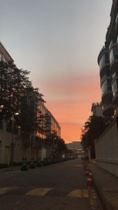 Look at the sky.it's the colour of love ? Look in the sky . Love Backgrounds, Aesthetic Backgrounds, Aesthetic Wallpapers, Pretty Sky, Beautiful Sky, Beautiful Places, Beautiful Pictures, Night Aesthetic, City Aesthetic
