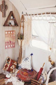 camion caravane, intérieur en couleurs et matériaux naturels