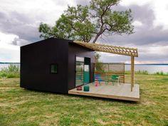 スウェーデンの建築家ヨナス・ワゲルよってデザインされた「Mini House」は、 注文すると郵便で材料が届き、家具を組み立てるように家を建てることが可能です。 北欧では、一時的な建物(15㎡以内)を設置することが自由で、特別な許可を求める
