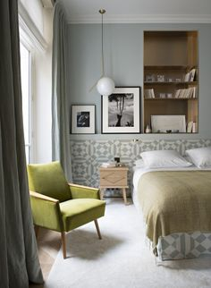 There is no limit to the beauty that can be created at home with wallpaper. Want to update the mood in the room, add style or elegance, completely change ✌Pufikhomes - source of home inspiration Cosy Bedroom, Bedroom Inspo, Master Bedroom, Blue Bedroom, Apartment Interior, Apartment Design, Beautiful Bedrooms, Beautiful Interiors, Living Styles