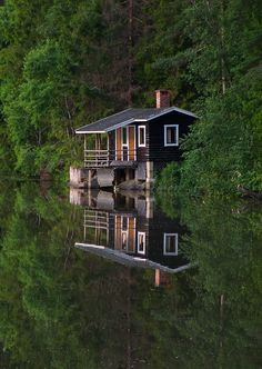 A little cabin on a lake for John Michael & me. Lake Cabins, Cabins And Cottages, Little Cabin, Little Houses, Cabin Homes, Log Homes, Beautiful Homes, Beautiful Places, Haus Am See