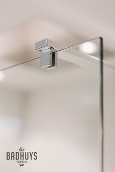 Bevestiging glazen douchewand   Het Badhuys Breda