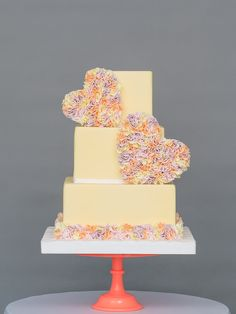 Country garden weddings evoke imagery of tea and scones, bunting, and croquet on the lawn. But which wedding cakes suit a country garden wedding? Summer Wedding Cakes, Luxury Wedding Cake, Beautiful Wedding Cakes, Gorgeous Cakes, Wedding Trends, Wedding Blog, Sugar Decorations For Cakes, Cake Branding, Country Garden Weddings