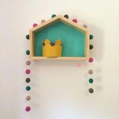 Guirlanda de Bolinhas de Feltro Combinação Rosa e Verde e nosso nicho de casinha (40cm x 30cm x 10cm), com fundo verde água, para decoração de quartos e festas infantis