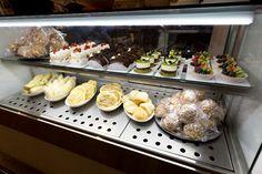 Vitrine do Imi Cafe, no piso térreo da Japan House São Paulo (Foto:Rafael Salvador/ Hashitag) Salvador, Muffin, Breakfast, House, Food, Display Case, Gastronomia, Recipes, Ideas