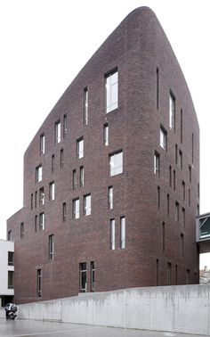 The most popular building block material in architecture doesn't have to be boring. If you're scouting for new office space, apartment, or thinking of building a… Brick Architecture, Minimalist Architecture, Contemporary Architecture, Building Exterior, Building Facade, Building Design, Brick Masonry, Brick Facade, Brick Design