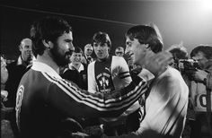 Fotocollectie » Afscheidswedstrijd Johan Cruyff , Ajax tegen Bayern Munchen 0-8; Cruyff met Gerd… | gahetNA