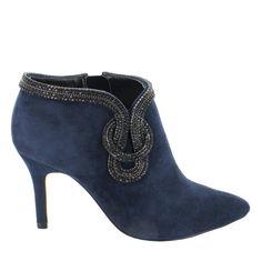 Botín de ante con tacón en Azul marino. El adorno en metal le proporciona un toque sofisticado. Ref.6567// Suede ankle boot with thin heel, in Blue. The metal detail provides a sophisticated touch. Ref.6567
