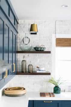 Selection for a modern and refined kitchen - HomeDBS Brick Tiles Kitchen, Painted Brick Backsplash, White Brick Tiles, Kitchen Backsplash, White Bricks, Painted Brick Walls, Kitchen Pendants, Backsplash Ideas, Brick Interior