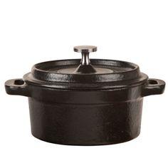 El horno holandés de hierro o cerámica, tiene la particularidad de proporcionar y repartir el calor en forma constante y uniforme, en múltiples focos de calor, fuego, gas e incluso altas como las del interior de un horno. Ha vuelto en voga para la cocina artesanal, por su acción similar a una chimenea de piedra o un horno de leña. Su tapa hermética retiene la humedad y el vapor, creando una corteza crujiente muy apetecible con un sin fin de posibilidades. Encuentralo aquí…