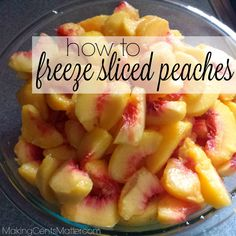 How to Freeze Sliced Peaches Step-by-step instructions for freezing sliced peaches. It's a simple wa Freezing Vegetables, Fruits And Veggies, Freezing Fruit, Frozen Meals, Frozen Fruit, Fresh Peach Recipes, Freezer Cooking, Freezer Jam, Peach Fruit