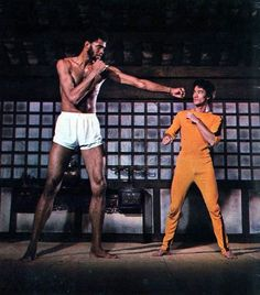 Kareem Abdul-Jabbar and Bruce Lee practicing their moves for The Game Of Death 1972 Bruce Lee Photos, Brice Lee, Bruce Lee Games, Bruce Lee Martial Arts, Game Of Death, Kareem Abdul Jabbar, The Big Boss, Enter The Dragon, Martial Artists