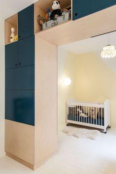 Un arc de rangements pour cette chambre de bébé