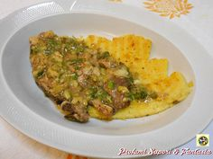 Braciole in salsa di cipollotti, una gustosa pietanza facile e veloce. Potrete servire le braciole in salsa di cipollotti anche con un buon purè di patate.