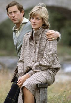 19 August Prince Charles and Princess Diana at a photo call on the banks of the River Dee at Balmoral Scotland during their honeymoon Princess Diana Lovers, Princess Diana Dresses, Princess Diana Fashion, Prince And Princess, Princess Of Wales, Princess Mary, Prince Harry, Lady Diana Spencer, Charles And Diana