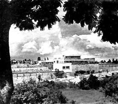 Vista de la fachada posterior de la calle, Casa García de Alba, Cuernavaca, Morelos, México 1952  Arq. Mario Pani -  View of the rear facade from the street, Casa Garcia de Alba, Cuernavaca, Morelos, Mexico 1952