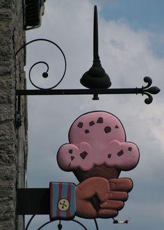 Ice Cream Shop Sign / Canada Muy gracioso rótulo de una mano con un helado de cucurucho, que describe gráficamente lo que se vende en la tienda.