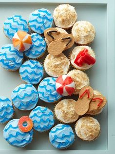 Beachy cupcakes! Now *this* is how I want to arrange those lovely beach/shark cupcakes I pinned earlier last week. So fun! :D