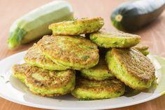 Ricetta pancake alle zucchine - La ricetta per preparare i pancake alle zucchine, deliziose frittelle perfette per convincere i bambini a mangiare le verdure.