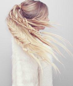 Хвост в стиле бохо-шик. К сожалению, красиво смотрится исключительно на длинных волосах! Если у тебя именно такие, то обязательно стоит попробовать