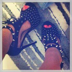 ♥♥ wiiide  unos tacones negros con tachas por todo el cuero muy casueales para una noche de fiesta
