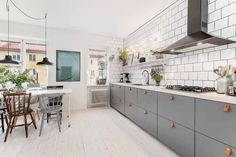 Clean Kitchen: 60 Amazing Designs and Designs - Home Fashion Trend Narrow Kitchen, Ikea Kitchen, Kitchen Interior, Interior Design Living Room, Kitchen Dining, Style At Home, Cabinets And Countertops, Kitchen Cabinets, Living Comedor