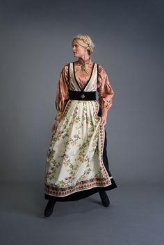 2017-10-Eva-Bunad-349-fin Folk Costume, Costumes, Folk Fashion, Womens Fashion, Fashion Terms, Modern Traditional, Kimono Top, Feminine, How To Wear