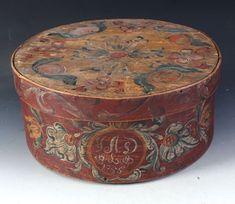 Rosemalt ask med eierinitialer og dat. 1755, D: 40 cm. Et par skader.