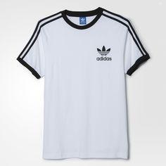 Esta camiseta para hombre de estilo deportivo e informal se ha confeccionado en un suave algodón y presenta un moderno corte entallado. Luce las 3 bandas a lo largo de las mangas y el trébol estampado en la parte izquierda del pecho.