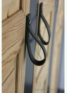 Great idea for DIY door handles. I like these leather door pulls! Diy Leather Handle, Leather Craft, Diy Crafts Magazine, Diy Holz, Home Projects, Home Accessories, Door Handles, Door Pulls, Furniture Design