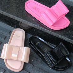 Conheça a nova versão da Melissa Beach Slide: a Melissa Beach Slide Bow! Veja cores, numeração e muito mais.