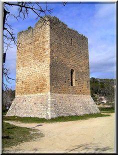 A Cotignac dans le Var, il y a 2 tours médiévales. Elles ne sont pas reliées entre elles. Elles se ressemblent sans être identiques. Leur construction est une sorte d'énigme pour les médiévistes et archéologues. Saurez vous mieux les comprendre que moi ?