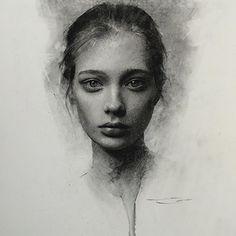Mit Holzkohle haben wir alle schon gemalt. Zumindest unsere Finger. Casey Baugh aus New York City geht einen Schritt weiter und malt wunderschöne Portraits