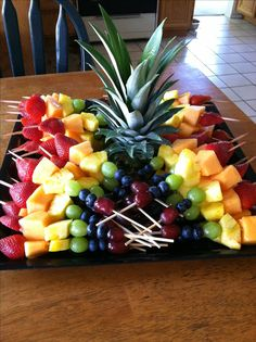 Skewered Fruit Tray full of Publix fresh fruit! We eat a lot of fruit from PublixSkewered Fruit Tray idea for work bring alongsSkewered Fruit Tray More (summer food kids desserts)Like these skewer arrangements/cut fruit (not balled) and use of the pi Snacks Für Party, Fruit Snacks, Healthy Snacks, Parties Food, Party Trays, Fruit Appetizers, Fruit Party, Kids Fruit, Fruit Kabobs