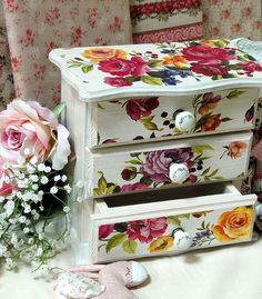 -Beautiful Decoupage with Calambour's paper Decoupage Furniture, Decoupage Box, Painted Furniture, Diy Furniture, Painted Jewelry Boxes, Painted Boxes, Jewellery Boxes, Jewellery Storage, Articles En Bois