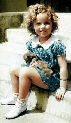 Little Shirley. My doctor records from Nalle Clinic were stolent by LCoon thru SSA HIE. I had thyroid issue n high scho also, was treated. Golden Age Of Hollywood, Hollywood Stars, Classic Hollywood, Old Hollywood, Child Actresses, Actors & Actresses, Shirley Temple, Divas, Temple Movie