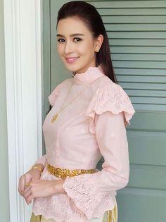 เสื้อลูกไม้ Myanmar Traditional Dress, Thai Traditional Dress, Traditional Fashion, Traditional Outfits, Thai Wedding Dress, Dresses To Wear To A Wedding, Khmer Wedding, Thai Fashion, Thai Dress