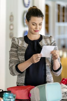 Chesapeake Shores, Season 2 - Back to school ritual: Abby (Meghan Ory) packs lunch and special notes to her twin girls before heading to the office.