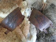 Bracelete feito em couro, com marcação manual e fechamento com fivelas.
