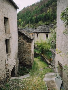 Part 2 of our getaway to Valle Maggia, Ticino, Switzerland. This post features villages and hiking trail in Broglio and Prato Sornico. Hiking Trails, Switzerland, Cabin, House Styles, Travel, Viajes, Cabins, Cottage, Trips