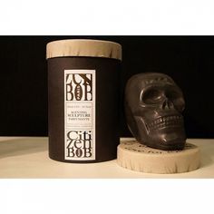La crâne noir Bobby hante les salles de bain de façon tout à fait délicieuse avec son parfum enivrant et écolo !