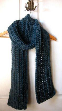 Un leggero traforo alleggerisce questa lunga sciarpa da uomo di un bel blu  petrolio Uncinetto Facile a7b6a563411f