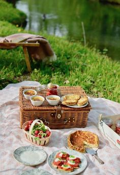 Picnic Ideas Discover the humble joys of a picnic - MY FRENCH COUNTRY HOME May and June are the ideal months to picnic in France. The weather is warm without being hot the month of May is full of bank holidays and. Picnic Date, Summer Picnic, Comida Picnic, French Picnic, Picnic Essentials, My French Country Home, Picnic Foods, Picnic Recipes, Paleo Picnic
