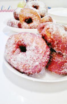 Kakkossija, kuvaaja Elina Perälä. #univaasa U & I, Doughnut, Desserts, Food, Tailgate Desserts, Deserts, Essen, Postres, Meals