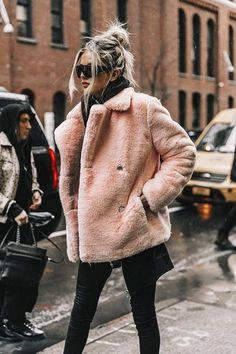 Street Style New York Fashion Week, febrero 2017 Diego Anciano - Winter Mode Stil New York Outfits, Fashion Mode, Fashion 2018, Look Fashion, Fashion Ideas, 90s Fashion, Latest Fashion, New Trends In Fashion, 2018 Winter Fashion Trends